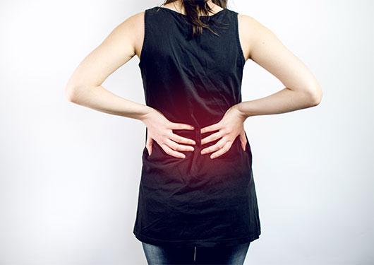 腰に痛みがある女性